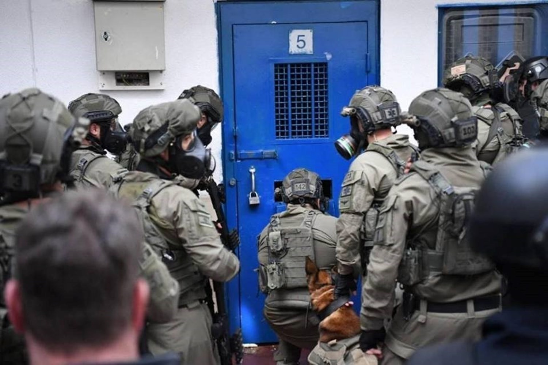 الاحتلال يواصل الإعلان عن إصابات بين سجّانيه وأخذ عيّنات لمجموعة من الأسرى