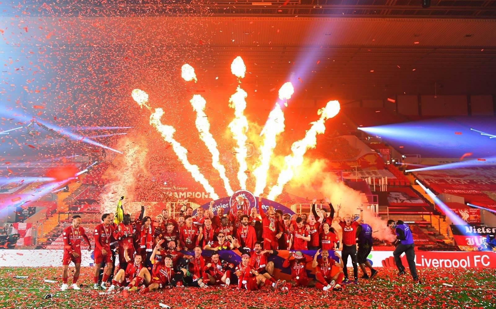 لاعبو ليفربول يرفعون كأس