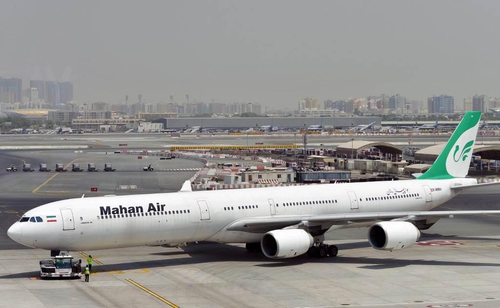 طائرة إيرانية ماهان إيرباص A340 تظهر في مدرج مطار دبي الدولي (أ ف ب).