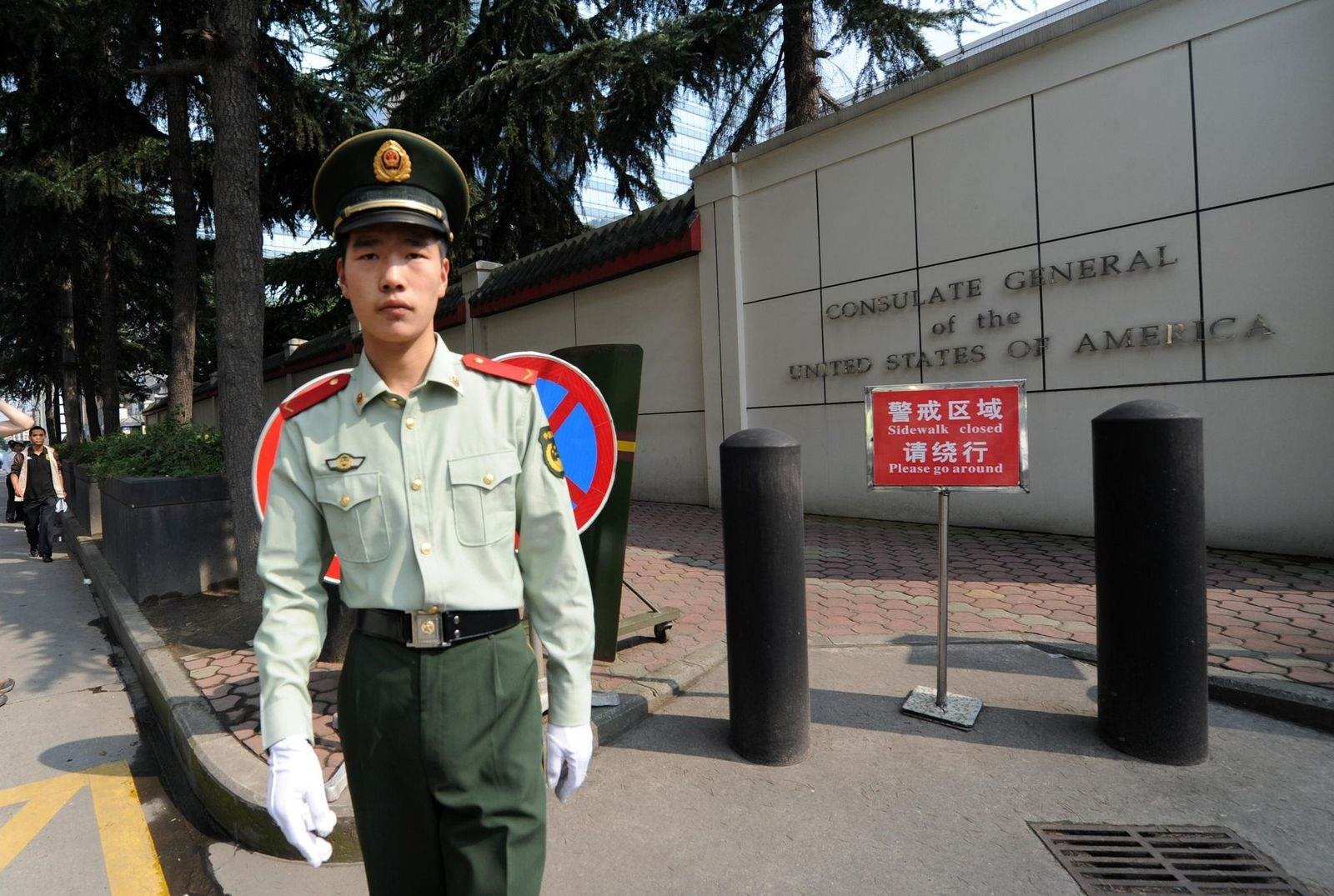مدخل القنصلية الأميركية في تشنغدو بمقاطعة سيتشوان (أ ف ب).