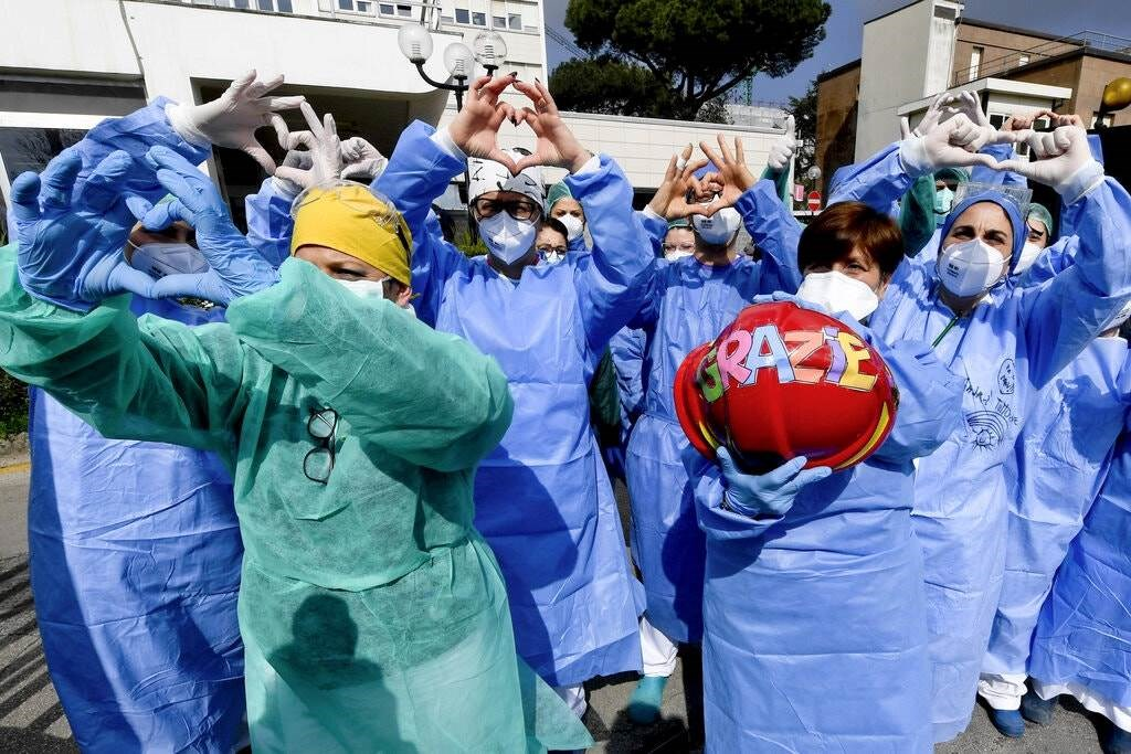 الطاقم الطبي في مستشفى في نابولي يظهرون تقديرهم لدعم  المجتمع لهم.
