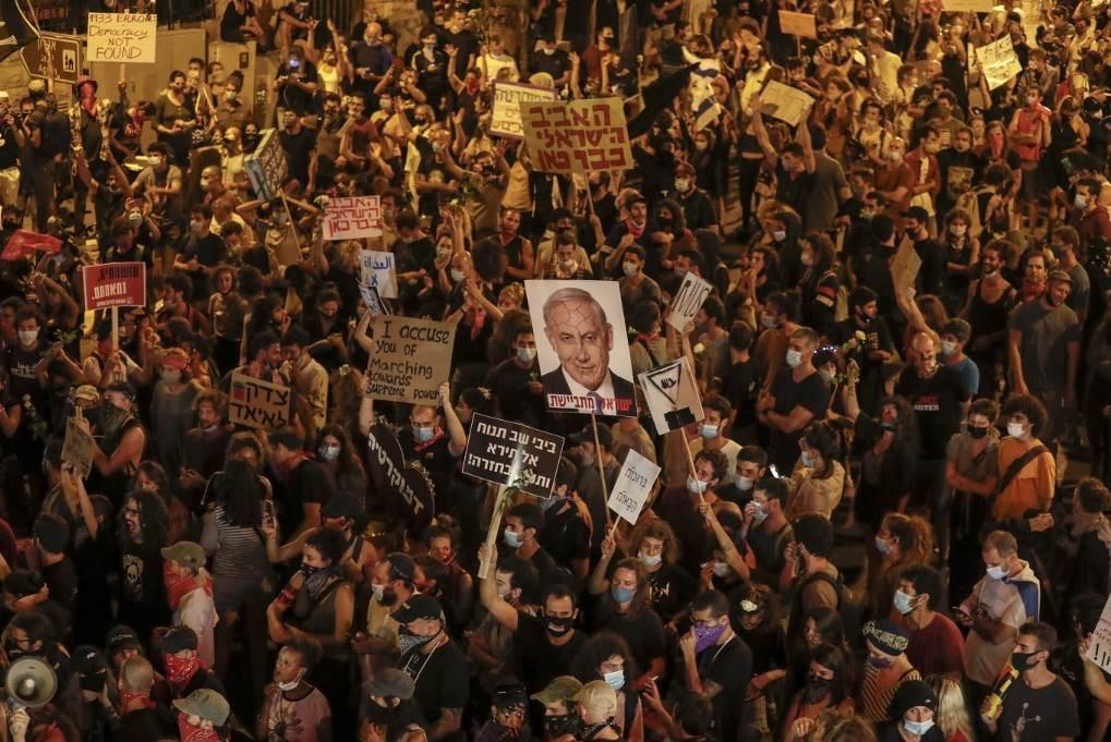 محتجون أمام مكتب  رئيس الحكومة بنيامين نتنياهو في القدس المحتلة (أ ف ب)