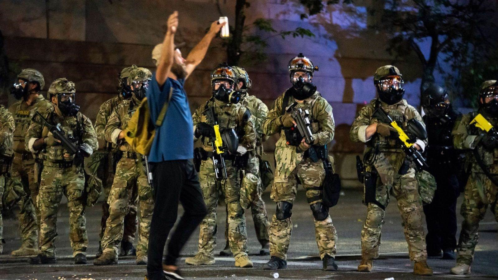 تولت الشرطة وعناصر أمن فدراليون تفريق المتظاهرين في بورتلاند