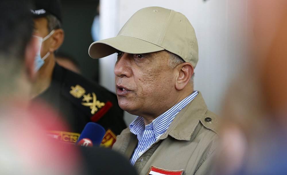 الكاظمي يتحدث إلى الصحافة عند معبر مانديلي على الحدود مع إيران في 11 يوليو 2020 (أ ف ب).