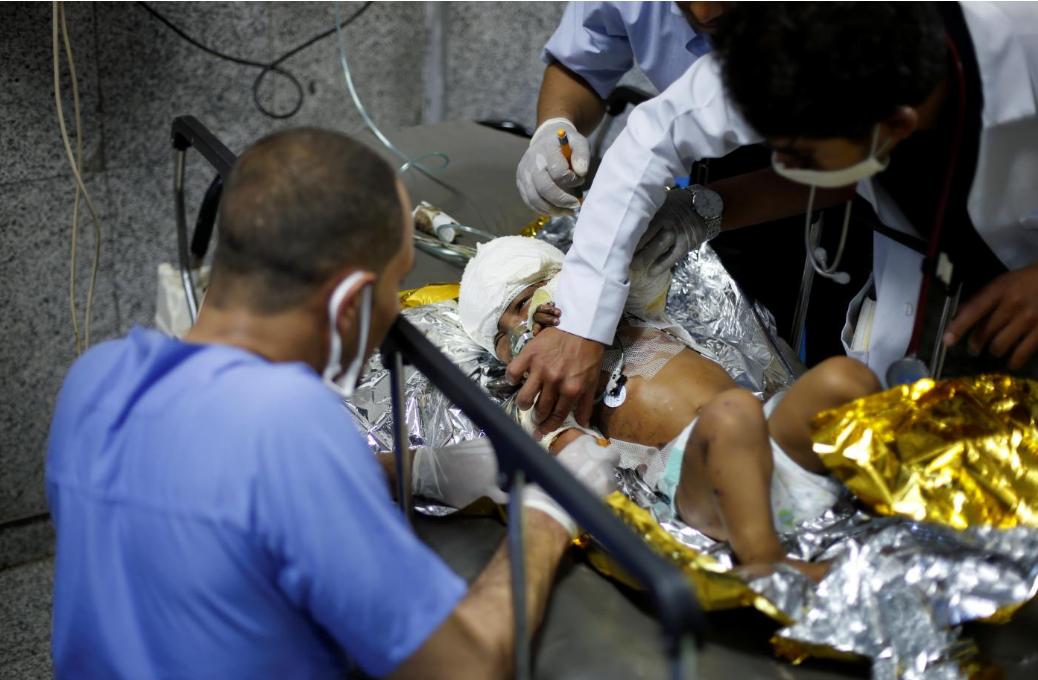 مسعفون يتحضرون لإنقاذ طفلة يمنيّة أصيبت في غارة للتحالف السعودي في مستشفى بصنعاء يوم 15 يوليو الجاري (رويترز)