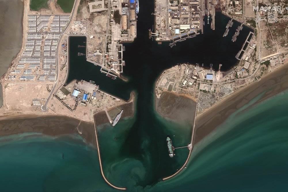 صورة ثانية نشرتها الوكالة الأميركيّة لحاملة الطائرات في بندر عباس (أسوشييتد برس)