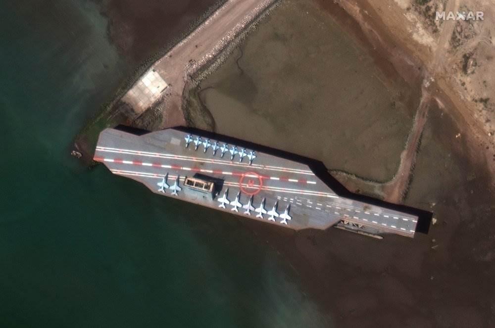 صورة من الأقمار الصناعية تظهر حاملة طائرات نموذجيّة لإيران في بندر عباس (أسوشييتد برس)