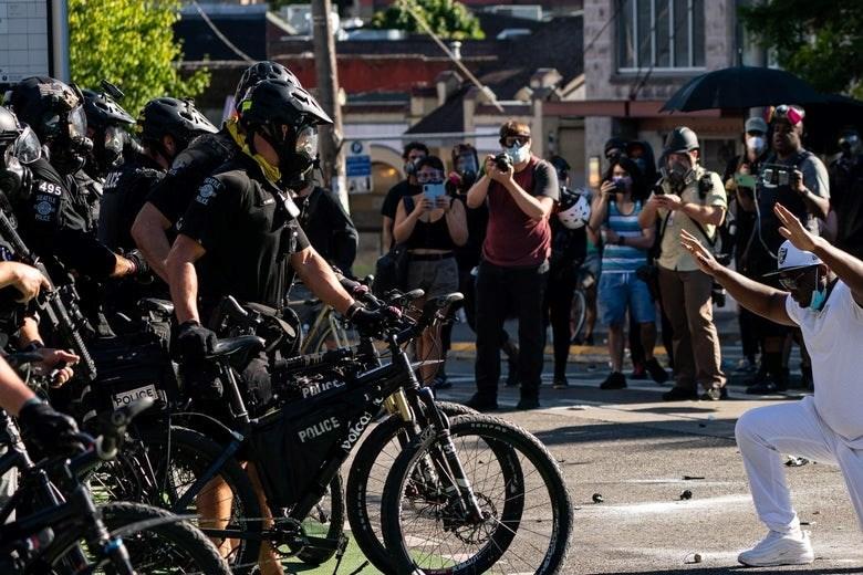رفضاً للتمييز والعنف.. المظاهرات مستمرة في ولايات أميركية
