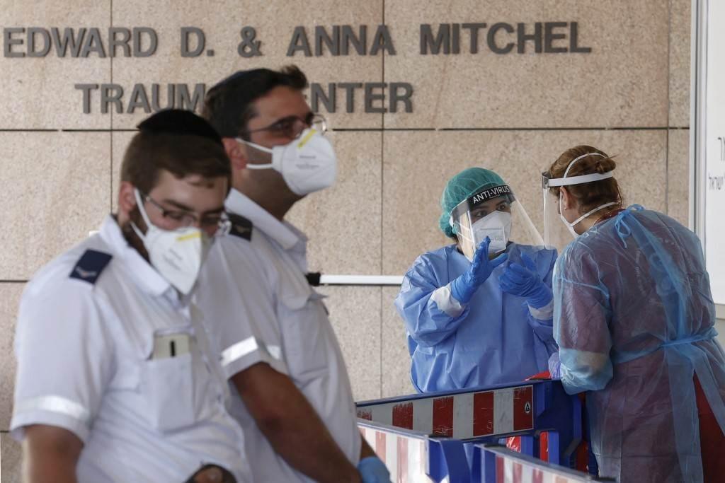 تحويل المرضى الذين ثبتت إصابتهم بـكورونا إلى مركز شيبا الطبي في فلسطين المحتلة (أ ف ب).