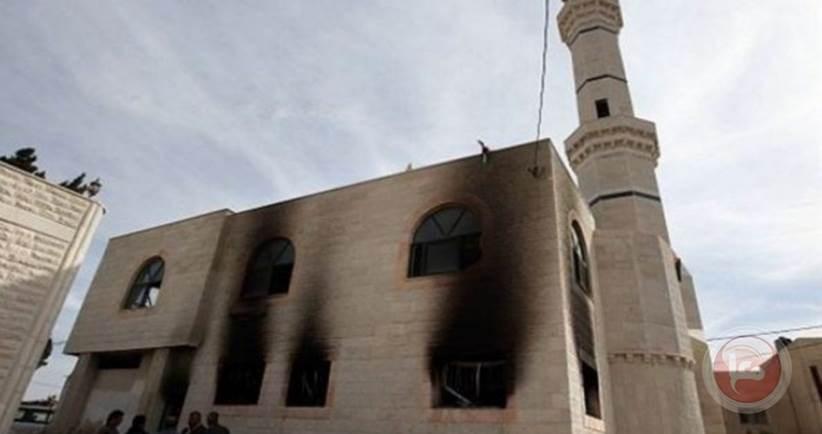 المستوطنون الإسرائيليون يحرقون مسجداً في مدينة البيرة في الضفة الغربيّة