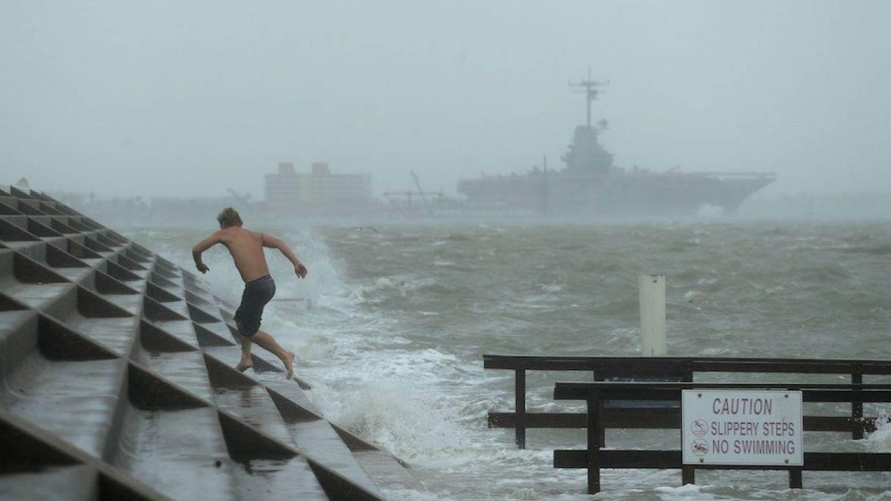 رياح الإعصار ضرت ساحل تكساس قرب منطقة كوربس كريستي.