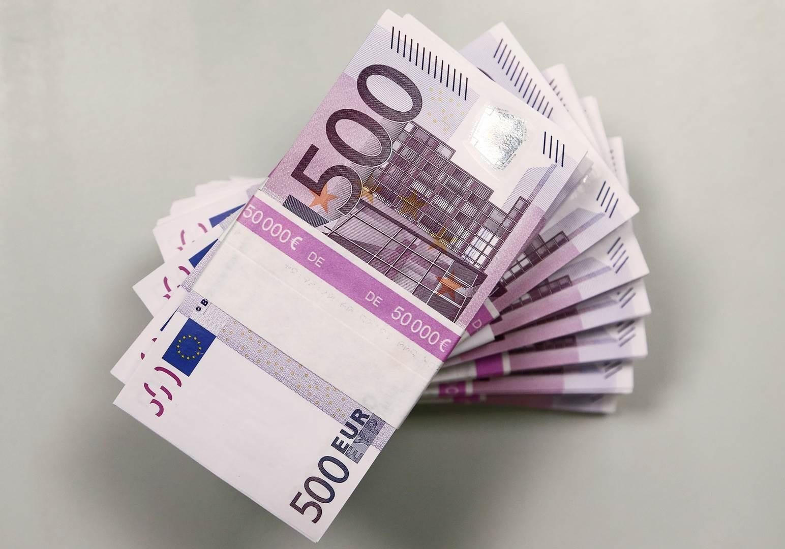 اليورو ينزل عن أعلى مستوى في عامين قبل اجتماع المركزي الأميركي