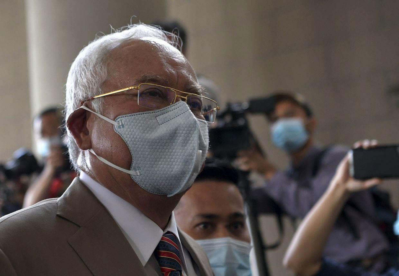 السجن 12 عاماً وغرامة بملايين الدولار... تهم الفساد تواجه رئيس الوزراء الماليزي السابق