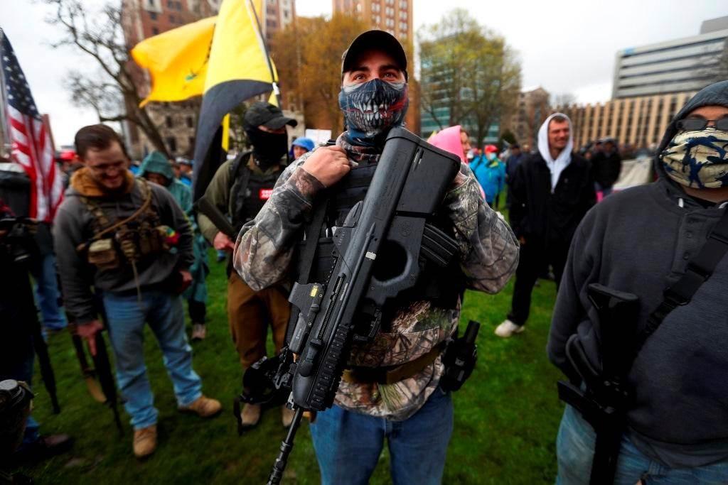 يستخدم الناشطون اليمينيون السلاح أحياناً في تحركاتهم ضد المحتجين.
