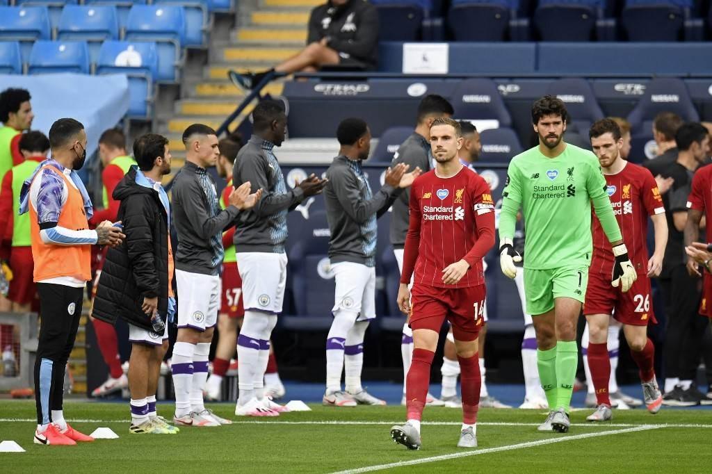 لاعبو مانشستر سيتي في ممرّ شرفي للاعبي ليفربول (أ ف ب)