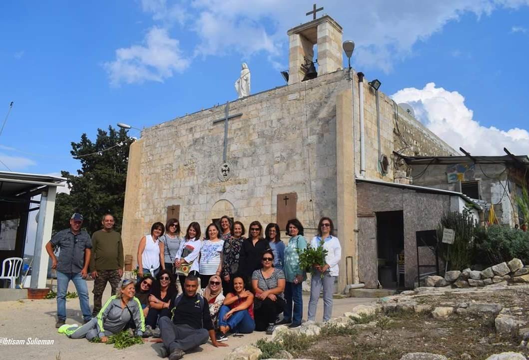 الفريق قرب كنيسة معلول