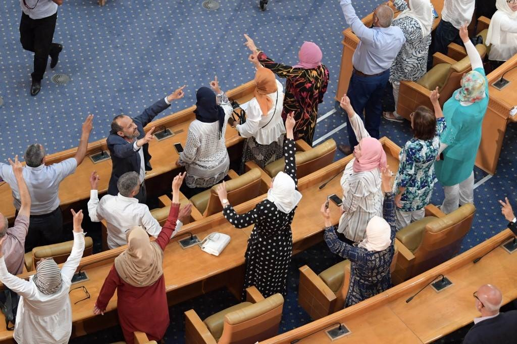 نواب حزب النهضة يحتفلون بعد سقوط لائحة سحب الثقة من الغنوشي اليوم الخميس (أ.ف.ب)
