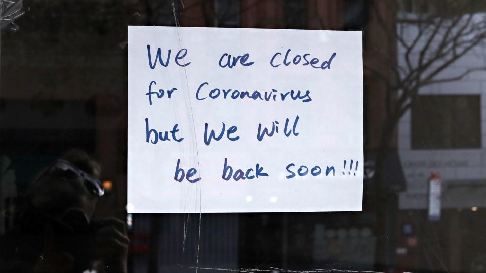 لافتة على باب أحد المحال التجارية في نيويورك كتب عليها: