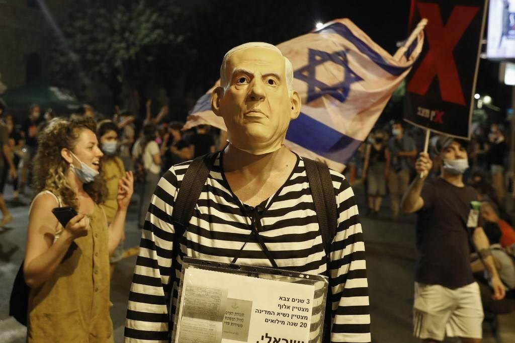 متظاهر يرتدي قناع بنيامين نتنياهو في المظاهرات ضده في القدس المحتلة يوم 30 يوليو 2020 (أ.ف.ب)