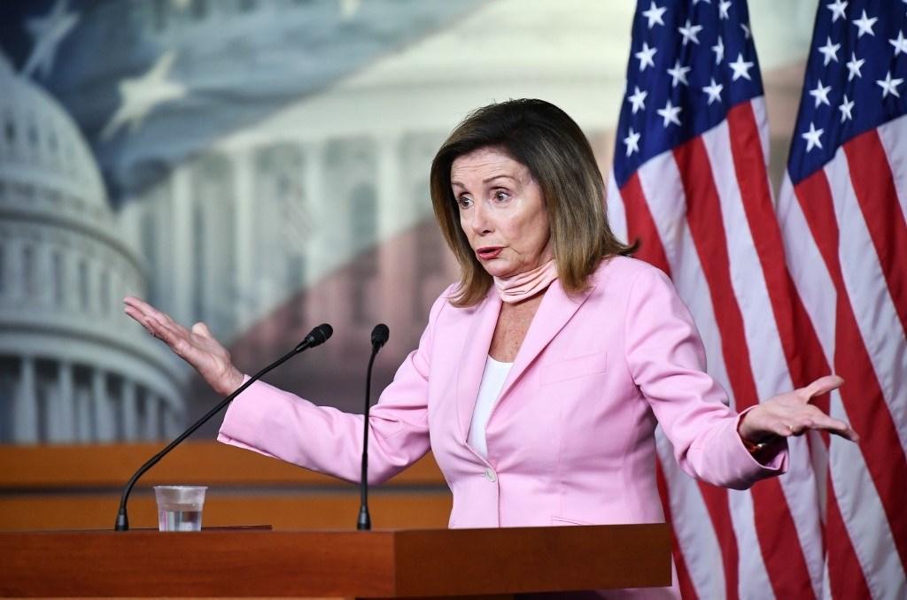 رئيسة مجلس النواب الأميركي نانسي بيلوسي في مؤتمر صحفي لها في مبنى الكونغرس يوم 31 يوليو 2020 (أ.ف.ب)
