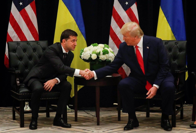 الرئيس الأمريكي دونالد ترامب مصافحاً الرئيس الأوكراني فولوديمير زيلينسكي في نيويورك نهاية 2019 (رويترز)