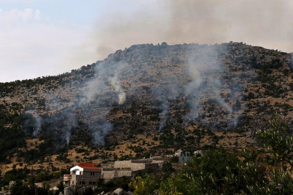 سحب الدخان تتصاعد في قرية كفرشوبا جنوب لبنان بعد قصف إسرائيلي لمزارع شبعا يوم 27 يوليو 2020 (أ.ف.ب)
