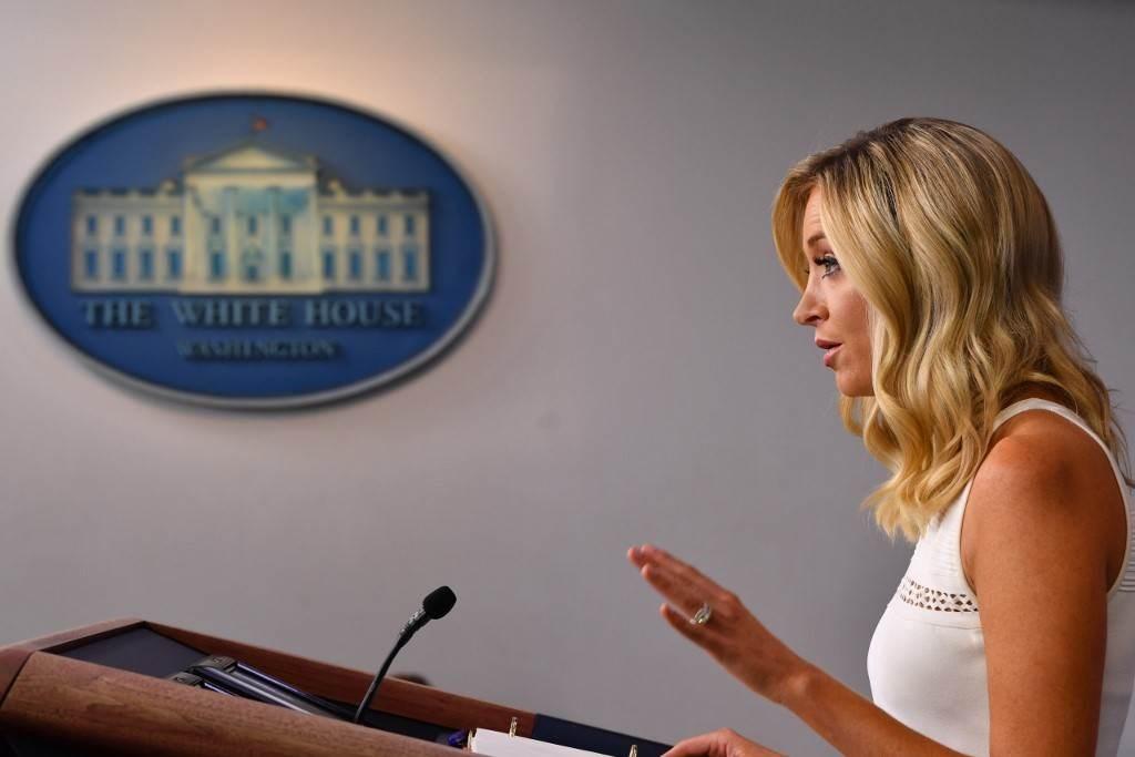 المتحدثة باسم البيت الأبيض كايلي ماكيناني خلال مؤتمر صحفي لها في البيت الأبيض يوم 31 يوليو 2020 (أ.ف.ب)
