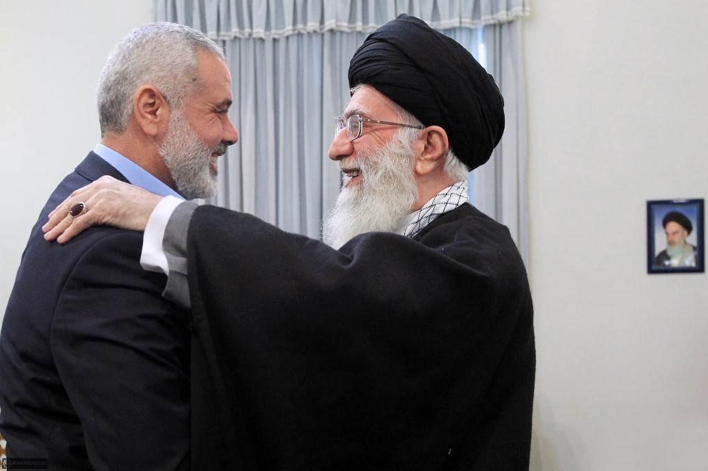 صورة من لقاء جمع السيد خامنئي مع إسماعيل هنيّة في طهران عام 2012 (أ.ف.ب)