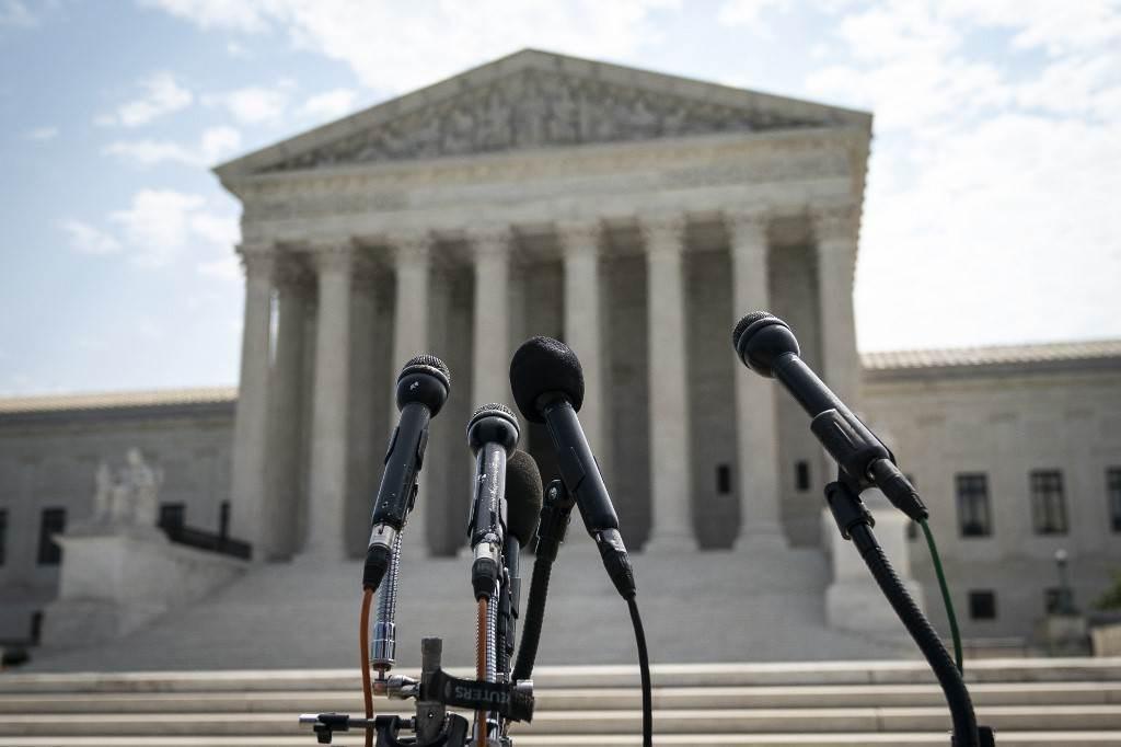 من أمام المحكمة العليا الأميركيّة في واشنطن العاصمة اليوم 6 تموز/يوليو 2020 (أ.ف.ب)