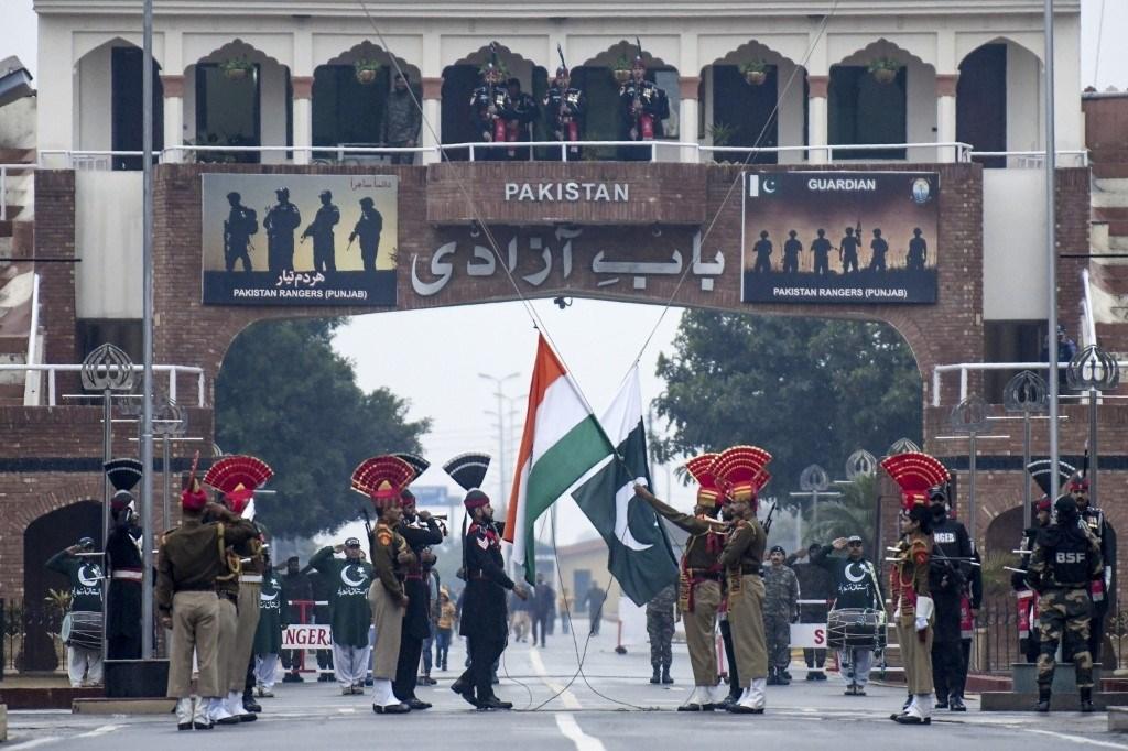 قوات أمن الحدود الهندية وحراس باكستانيون على الحدود بين البلدين في واجا بداية عام 2020 (أ.ف.ب)