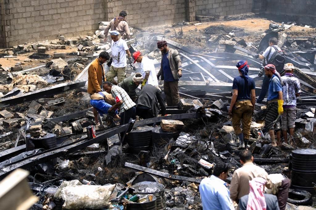 آثار الدمار الذي تسببت به غارات التحالف السعودي على العاصمة صنعاء يوم 2 تموز/يوليو الجاري (أ.ف.ب)