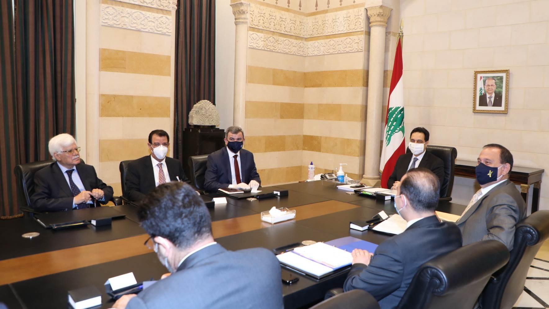 رئيس الحكومة اللبنانيّة حسان دياب مستقبلاً الوفد العراقي يوم الجمعة 3 تموز/يوليو 2020 (أ.ف.ب)