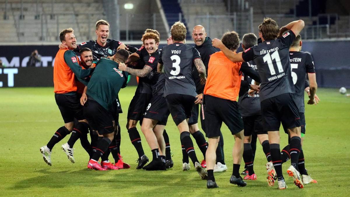 لاعبو بريمن يحتفلون بعد انتهاء المباراة