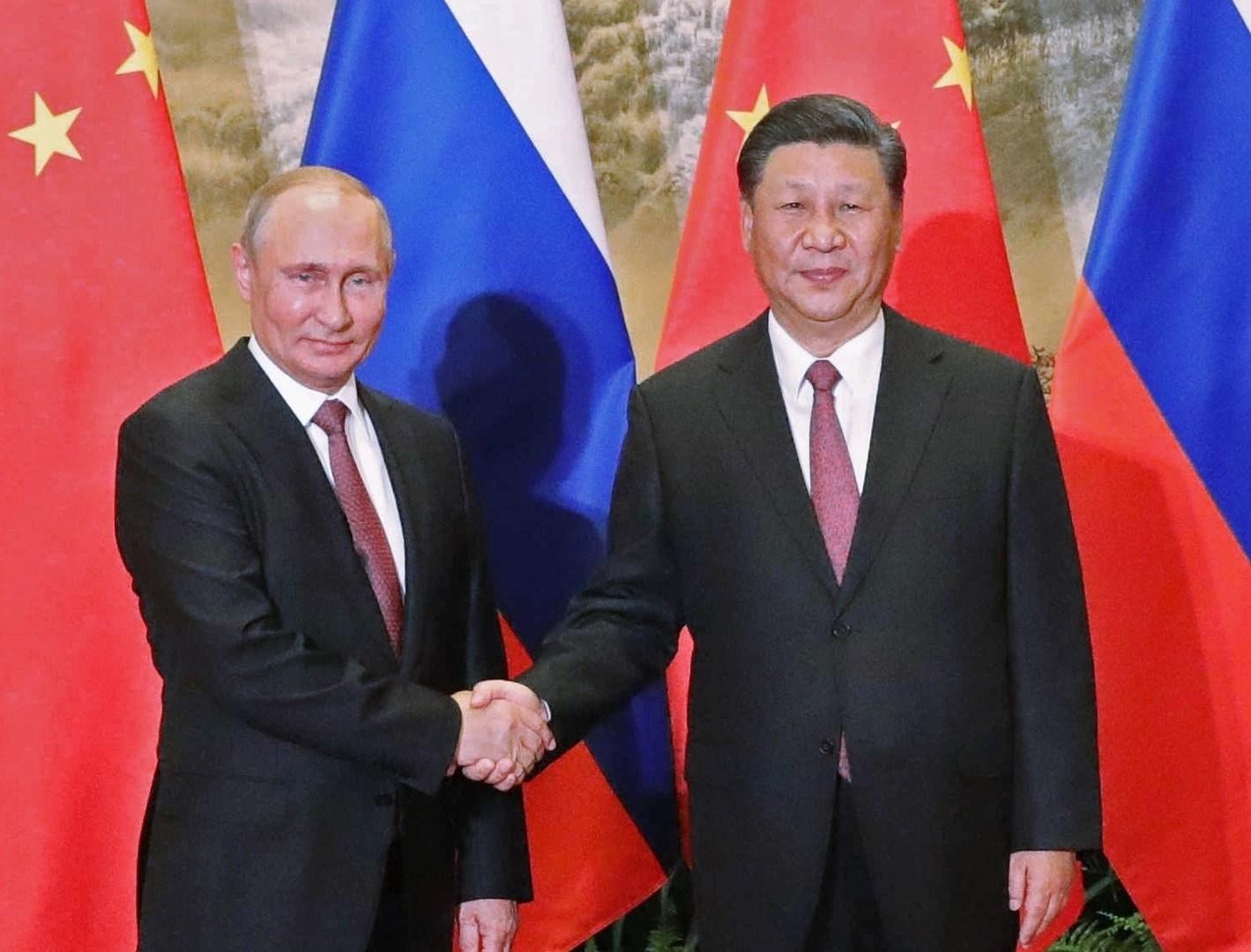 الرئيس الروسي فلاديمير بوتين ونظيره الصيني شي جين بينغ (أرشيف)