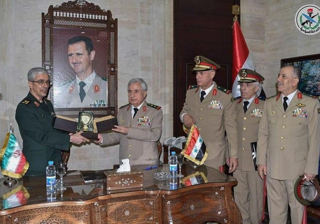 باقري وأيوب خلال توقيعهما الاتفاقية العسكريّة في دمشق اليوم (أ.ف.ب)