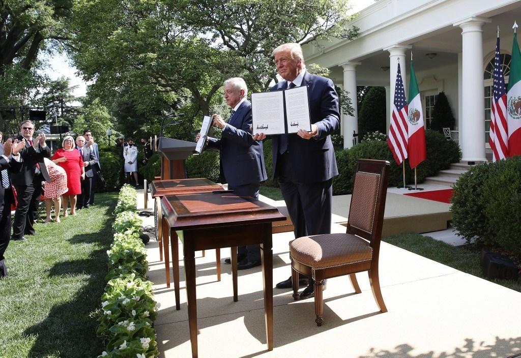 ترامب وأوبرادور بعد توقيعهما  اتفاقية التجارة الحرة في أميركا الشمالية اليوم في البيت الأبيض (أ.ف.ب)