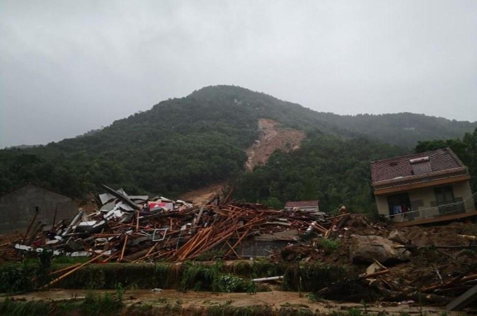 وقعت الانهيارات في بلدة داخه بمحافظة هوانغمي