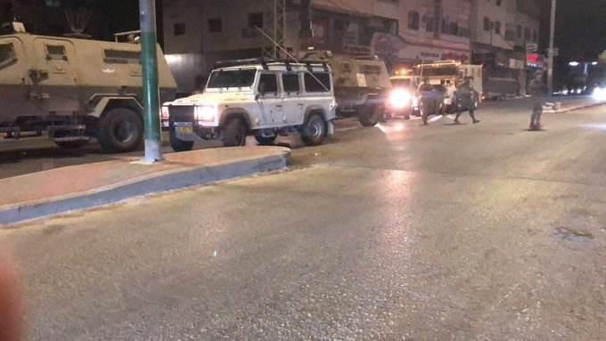 قوات الاحتلال تواصل اقتحام منازل المواطنين في منطقة البصة بمدينة الخليل