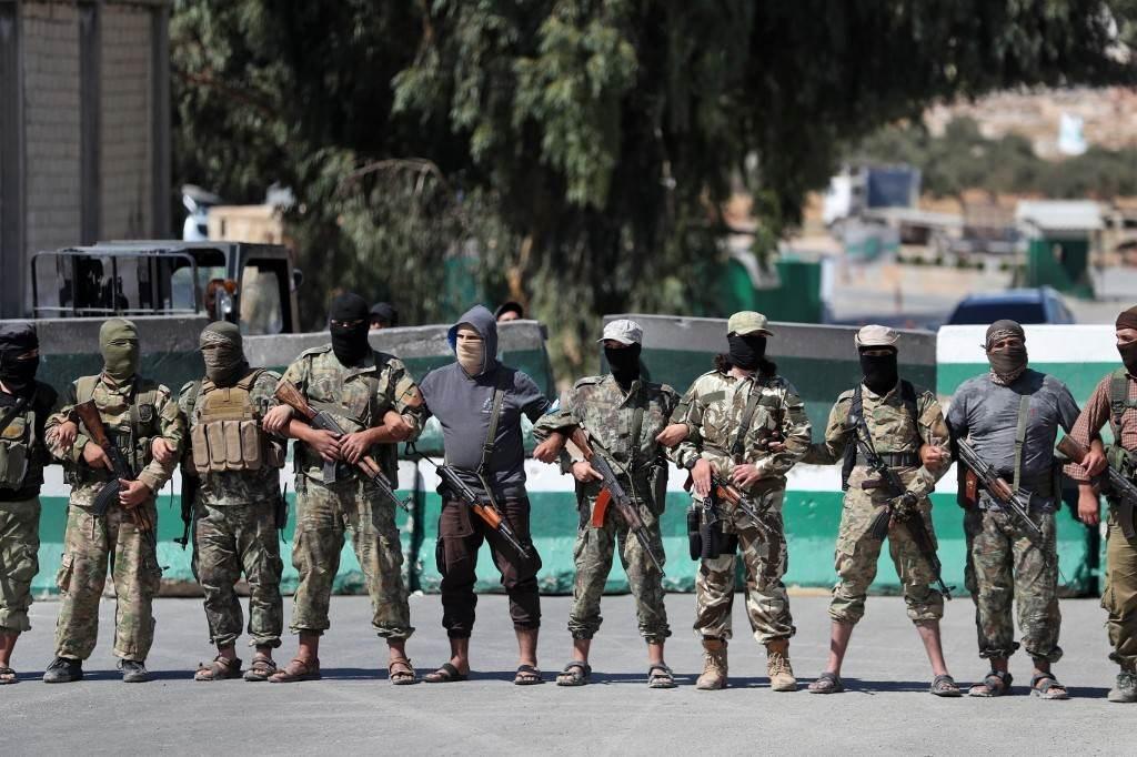 أفراد من حركة تحرير الشام في إدلب (أ ف ب).