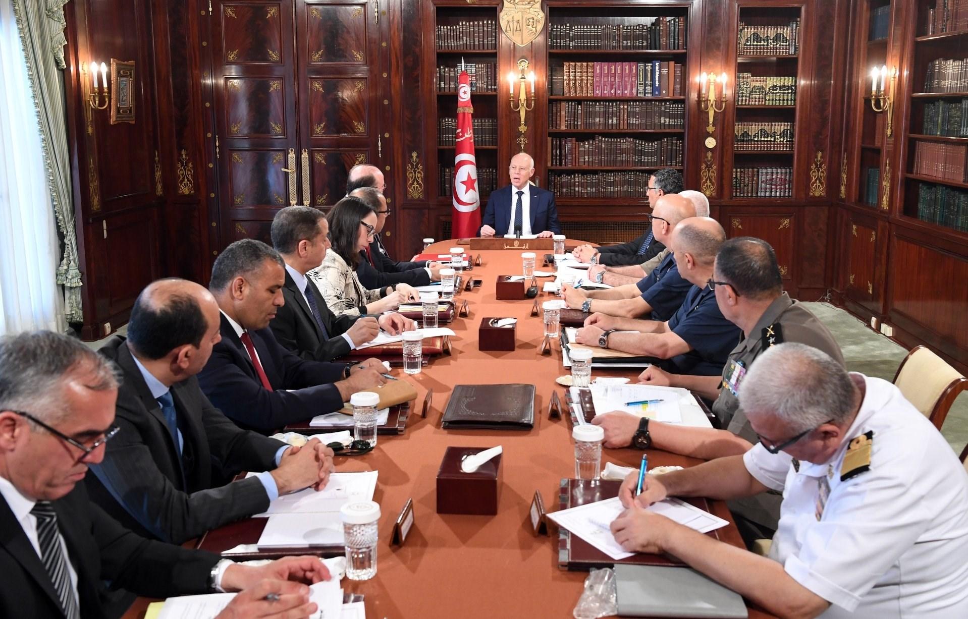 الرئيس التونسي خلال إشرافه على اجتماع مجلس الجيوش والقيادات الأمنية