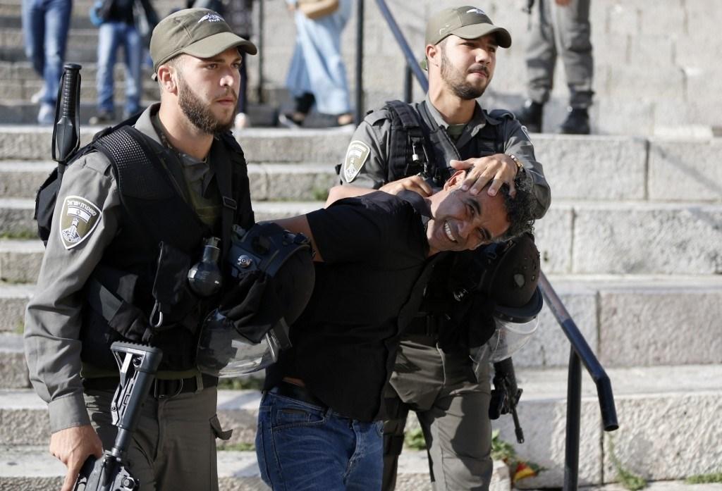 خلال اعتقال الاحتلال الاسرائيلي لأحد المتظاهرين ضد الاعتقال الاداري في القدس المحتلة عام 2016 (أ.ف.ب)