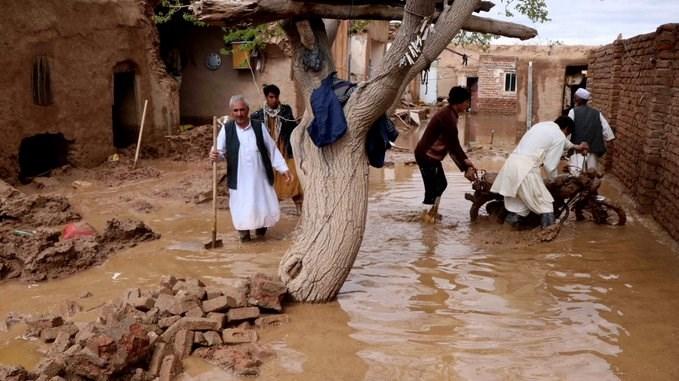الفيضانات دمرت عشرات المنازل وأغرقت الطرقات بالمياه والوحول