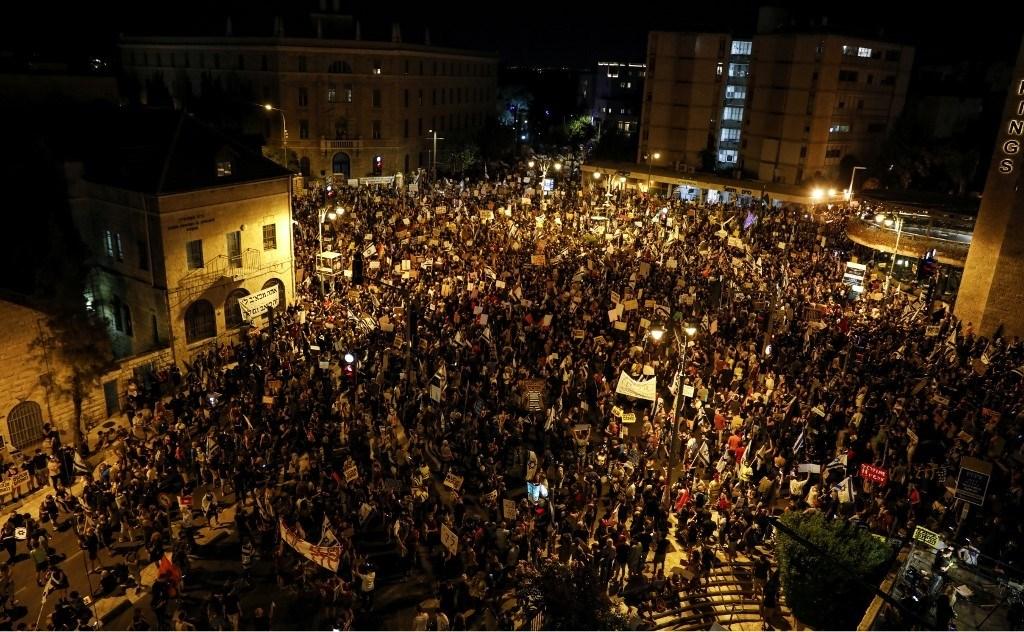 آلاف المتظاهرين ينددون برئيس الحكومة بنيامين نتنياهو  -  1 آب/أغسطس  (أ ف ب)