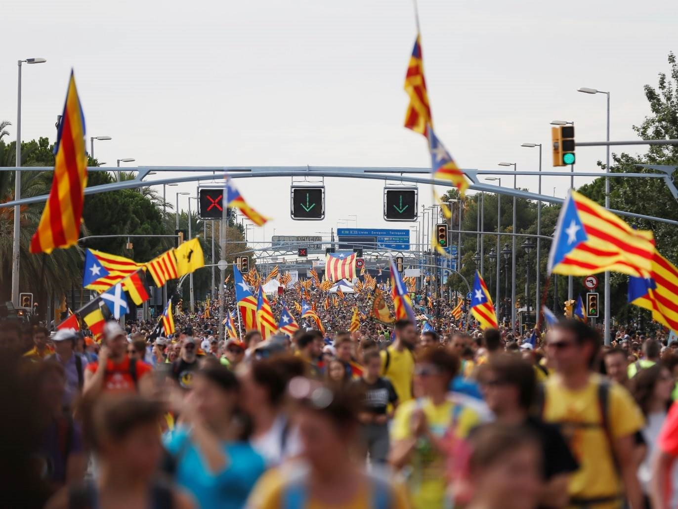محتجون يدعون لإنهاء الملكية في إسبانيا بعد خروج العاهل السابق من البلاد