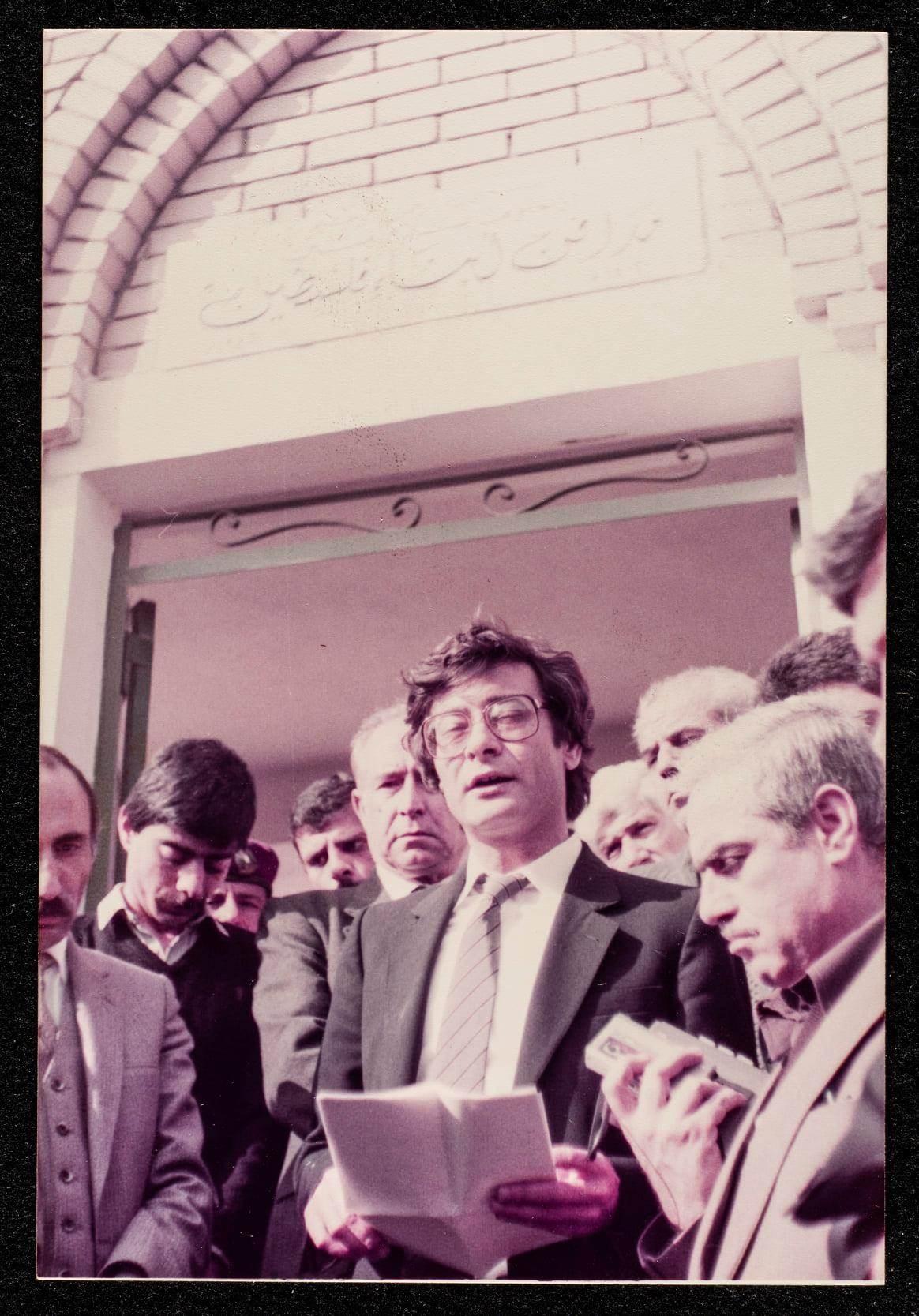 درويش وهو يلقي خطاباً خلال مراسم تشييع جثمان الشاعر الفلسطيني معين بسيسو (1984) -أرشيف المتحف الفلسطيني الرقمي