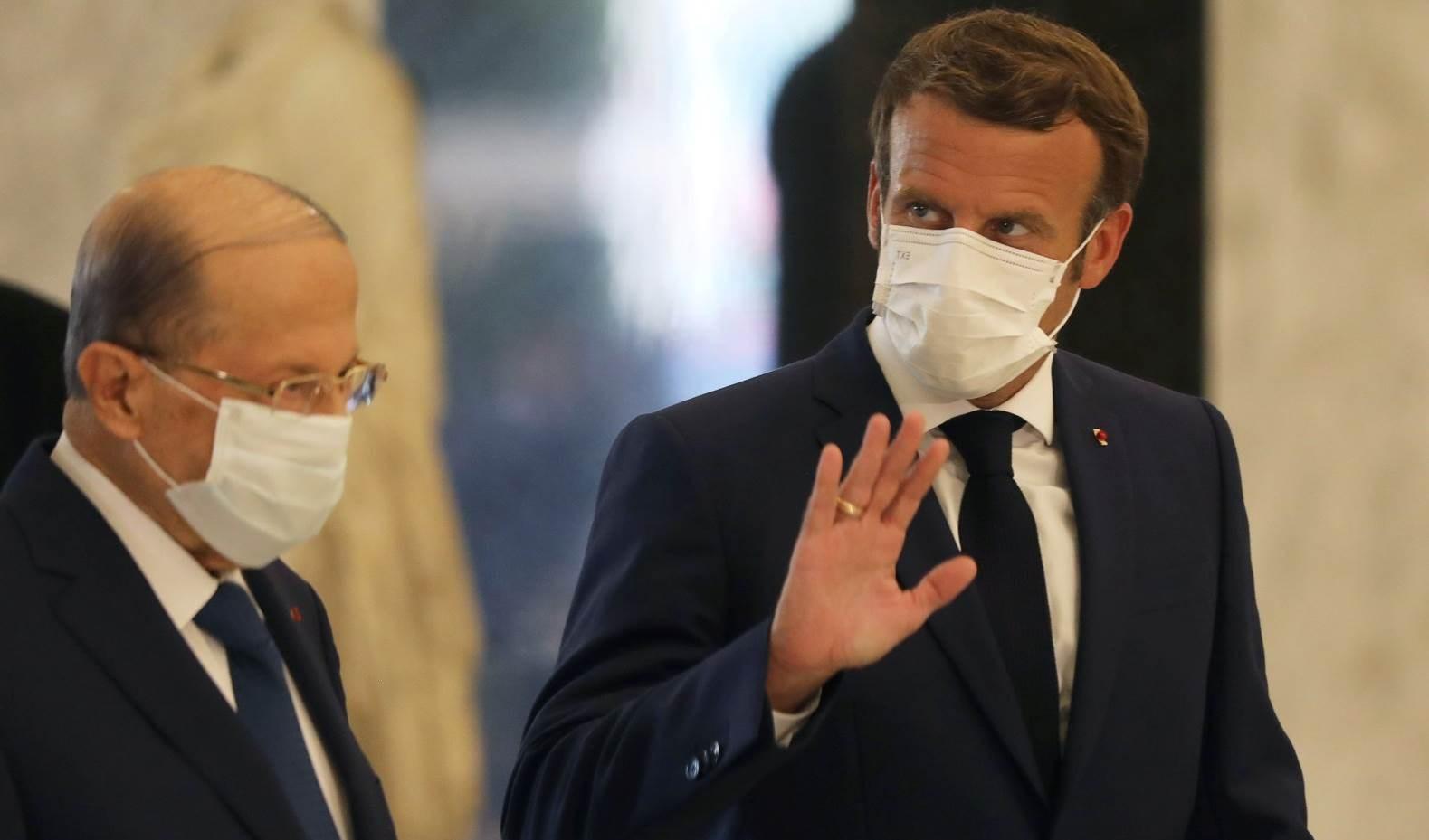 الرئيس اللبناني ميشال عون خلال استقباله نظيره الفرنسي إيمانويل ماكرون (رويترز)