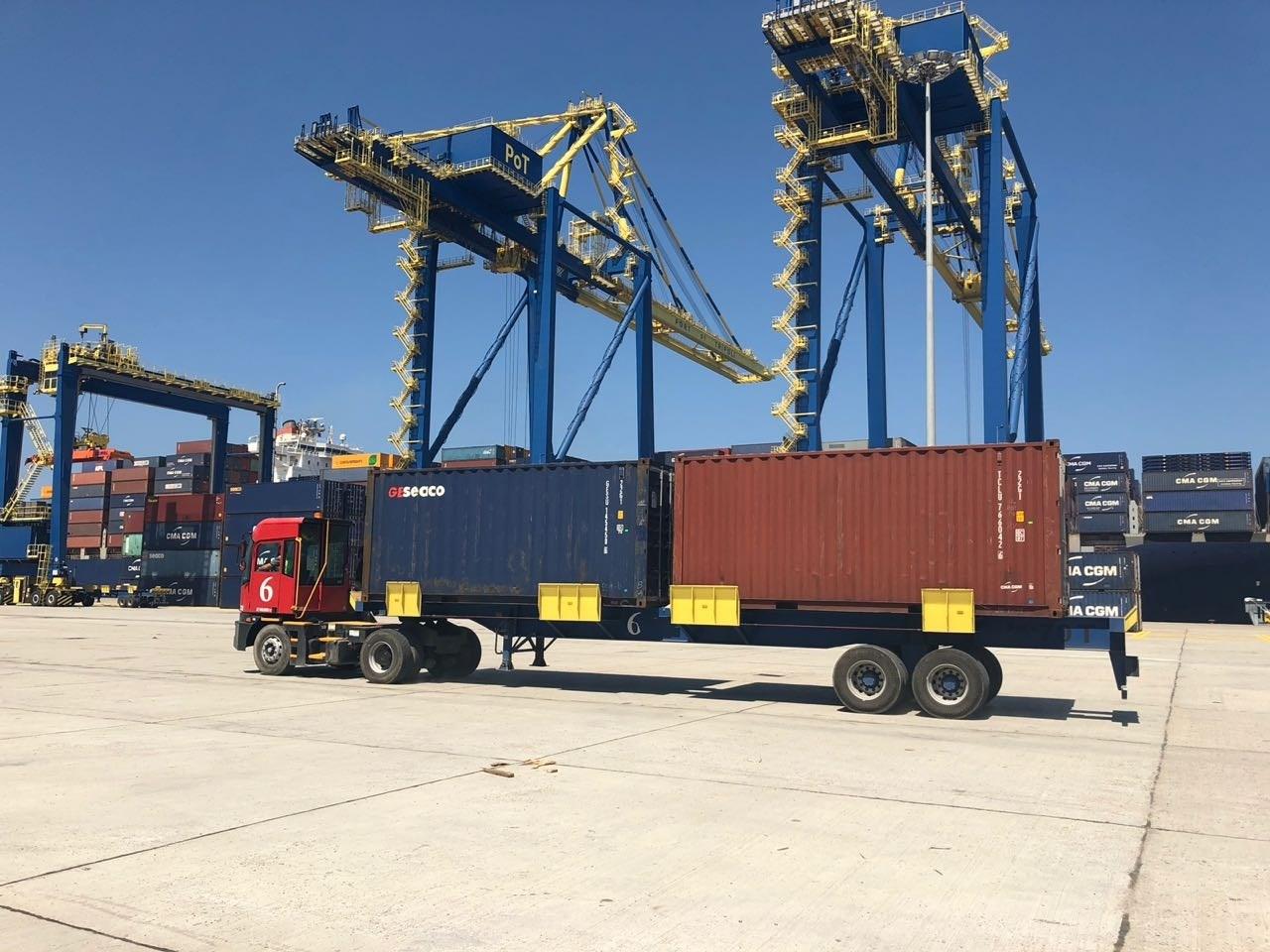 نقل حاويات بالشحن البري في مرفأ طرابلس