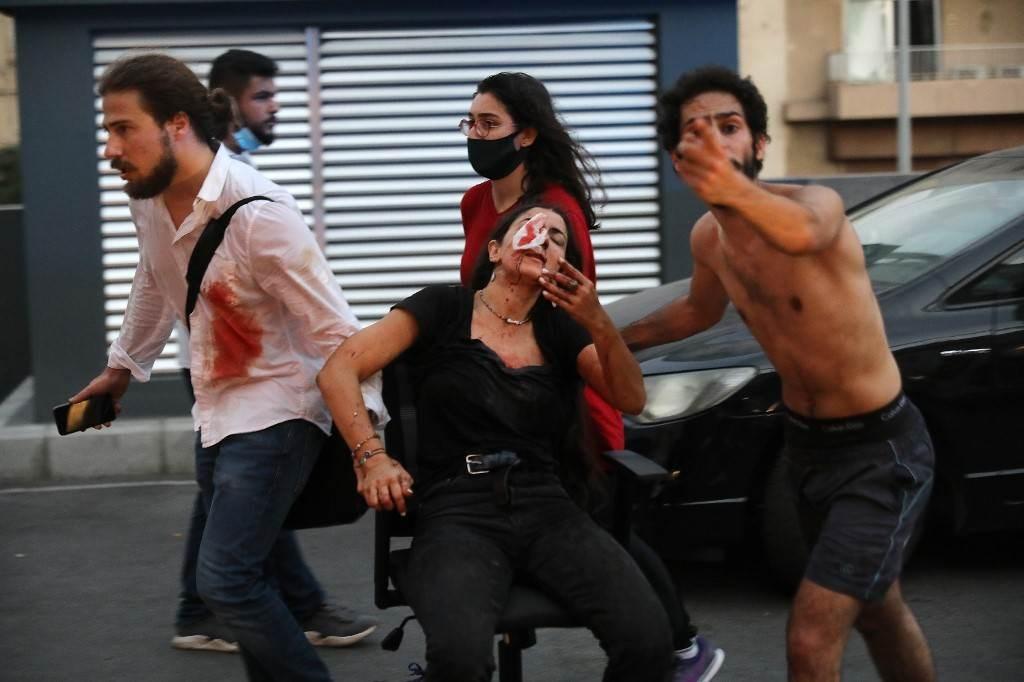 أثناء إسعاف جرحى الإنفجار الذي وقع في مرفأ بيروت (أ ف ب).