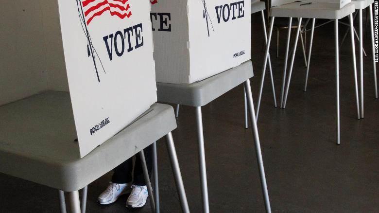 ناخب يدلي بصوته في مركز اقتراع في كاليفورنيا.