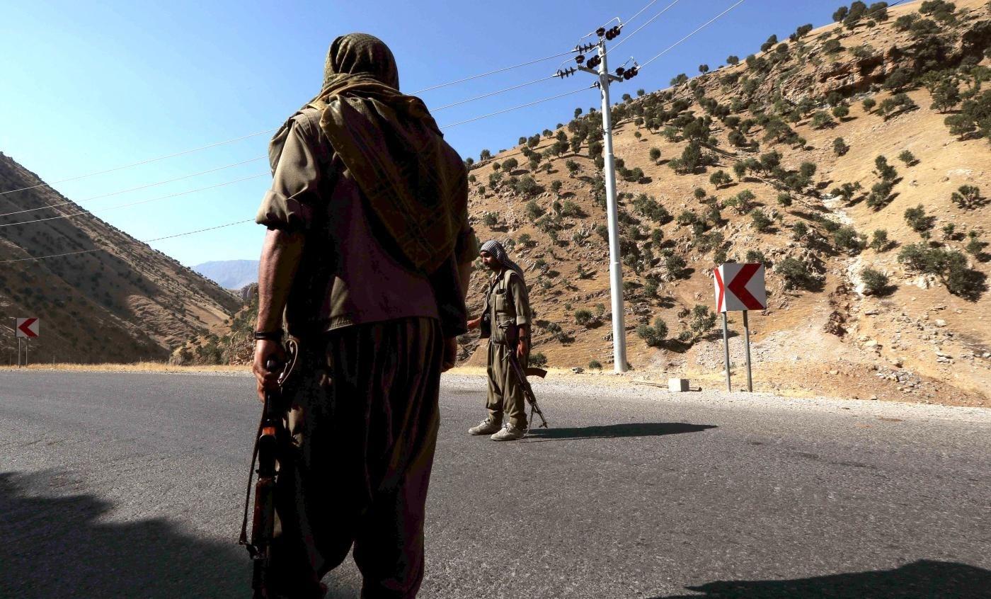 مقاتلين من حزب العمال الكردستاني يقفون للحراسة على طريق جبل قنديل في كردستان العراق (أ.ف.ب)